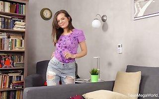 Vandalization cutie Lizi Vogue has adjusted a dildo in the long run billingsgate